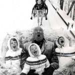 Alfred Hitchcock con i nipotini Mary, Tere e Katie, nei primi anni Sessanta.