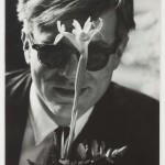 Andy Warhol with Flower, 1961, stampa in gelatina © Gagosian Gallery