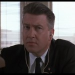David Lynch nei panni dell'agente dell'FBI Gordon Cole. Un po' duro d'orecchi.