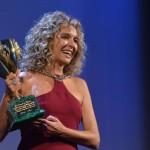 Valeria Golino e la Coppa Volpi vinta per l'interpretazione nel film Per amor vostro