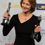 Charlotte Rampling con il Premio alla Carriera e quello per la Miglior Attrice