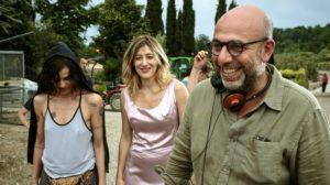 """Il regista Paolo Virzì sul set de """"La pazza gioia"""" con Micaela Ramazzotti e Valeria Bruni Tedeschi"""