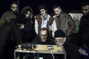 Gli attori e Mastandrea al lavoro sul set © Matteo Graia