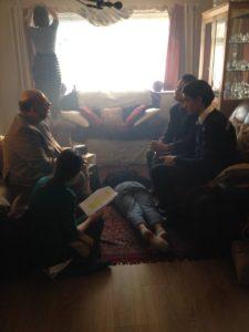 Una prova sul set: regista, attori e controfigura costruiscono la scena