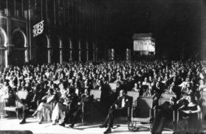 Venezia, 1932: il pubblico intervenuto ad una proiezione sulle terrazze dell'Hotel Excelsior