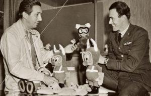 Walt Disney e Roald Dahl con alcuni pupazzi del progetto The Gremlins