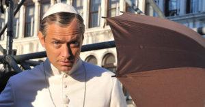 Jude Law nei panni di Lenny Belardo, alias Papa Pio XIII, sul set di 'The Young Pope'