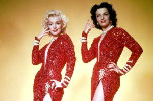 """Marilyn Monroe e Jane Russell in un'immagine promozionale de """"Gli uomini preferiscono le bionde"""" (1953)"""