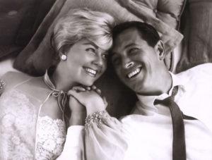 """Doris Day e Rock Hudson in una foto promozionale di """"Amore, ritorna!"""" (1961)"""