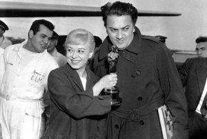 """1948: Giulietta Masina e Federico Fellini con il primo Oscar della storia assegnato al Miglior Film in lingua straniera, """"La strada"""""""
