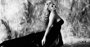 anita ekberg fontana di trevi la dolce vita vestito nero